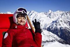 Kobieta cieszy się narciarstwo w alps Fotografia Stock