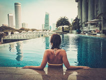 Kobieta cieszy się pływanie Zdjęcia Stock
