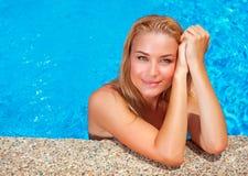 Kobieta cieszy się wakacje letnich Obrazy Stock