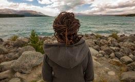 Kobieta cieszy się widok, Nowa Zelandia Obrazy Royalty Free