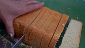 Kobieta ciie bochenek chleb z chlebowym nożem zbiory wideo