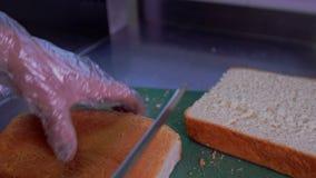 Kobieta ciie bochenek chleb z chlebowym nożem zdjęcie wideo