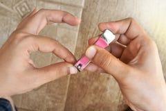 Kobieta ciie jej paznokcie - Pojęcie rżnięci paznokcie Obraz Royalty Free
