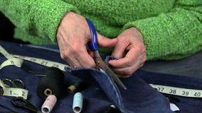Kobieta ciie tkaninę z nożycami zdjęcie wideo