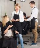 Kobieta ciie włosy blondynki dziewczyna przy salonem Zdjęcie Royalty Free