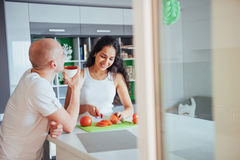 Kobieta ciie warzywa w kuchni wpólnie zdjęcia stock