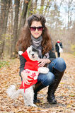 Kobieta ściska jej psa w lesie Zdjęcia Royalty Free