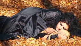 Kobieta Cuddling Furtail lying on the beach W jesieni W czerni zdjęcie wideo