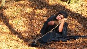 Kobieta Cuddling Furtail obsiadanie Wewnątrz W czerni zdjęcie wideo
