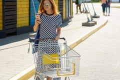 Kobieta cyka z jej listy zakupów 03 Obrazy Royalty Free