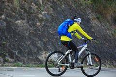 Kobieta cyklisty jeździecki rower górski na lasowym śladzie Fotografia Stock
