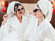 Kobieta czasu wolnego piękna opieki styl życia bathrobes zabawa zdjęcie royalty free