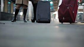 Kobieta czekać na pociąg z walizką na kołach ma miejsce na kolejowej platformie zbiory wideo