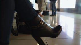 Kobieta czeka lot w lotnisku w heeled butach, podróż służbowa, zbliżenie zbiory wideo
