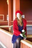 Kobieta czeka nadchodzącego pociąg na stacyjnych granicach Zdjęcia Stock