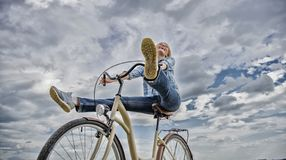 Kobieta czuje swobodnie podczas gdy cieszy si? je?dzi? na rowerze Dziewczyna jedzie rowerowego nieba t?o Kolarstwo daje ci czu? w zdjęcie stock