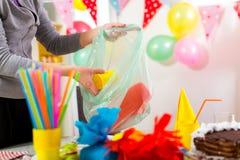 Kobieta czyści bałagan po children urodzinowych Obraz Stock
