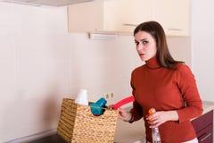 Kobieta czyści jej kuchnię Obrazy Stock