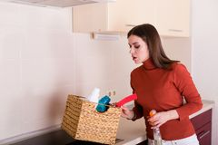 Kobieta czyści jej kuchnię Obraz Stock