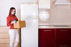 Kobieta czyści jej kuchnię Obrazy Royalty Free