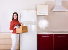 Kobieta czyści jej kuchnię Zdjęcia Royalty Free