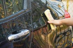 kobieta czyści jej samochodowego używa microfiber płótno Zdjęcie Royalty Free