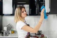 Kobieta czyści kuchnię Zdjęcie Stock