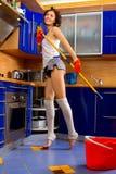Kobieta czyści podłoga fotografia royalty free