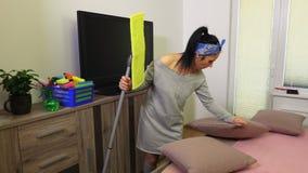 Kobieta czyści w domu zbiory wideo