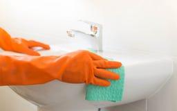 Kobieta czyści zlew Fotografia Royalty Free