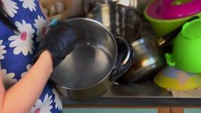 Kobieta czysty czajnik w kuchni zbiory