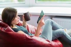 Kobieta czyta ebook Zdjęcia Stock