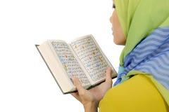 Kobieta Czyta Koran W Hijab zdjęcia royalty free