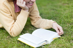 Kobieta czyta książkę Zdjęcie Royalty Free