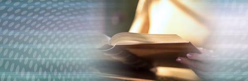 Kobieta czyta ksi??k?, ci??ki ?wiat?o sztandar panoramiczny zdjęcie royalty free