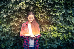 Kobieta czyta magiczną książkę Zdjęcia Royalty Free