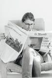 Kobieta czyta o Fidel Castro śmierci Obrazy Stock