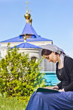 Kobieta czyta ortodoksyjną książkę Zdjęcie Royalty Free