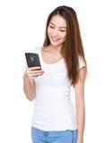 Kobieta czyta wiadomość na telefonie komórkowym Zdjęcie Royalty Free
