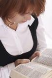 kobieta czytelnicza biblii Zdjęcia Royalty Free
