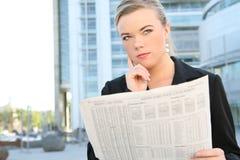kobieta czytelnicza biznesowej gazety Obraz Royalty Free