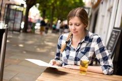 Kobieta czytelniczy menu Obrazy Royalty Free