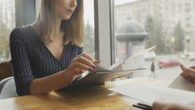 Kobieta czytelniczy menu na datowanie w restauracji zdjęcie wideo