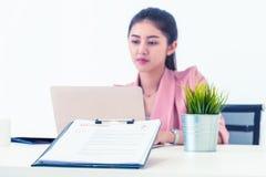 Kobieta Daje życiorysowi HR dla akcydensowego wywiadu obraz royalty free