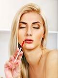Kobieta daje botox zastrzykom. Fotografia Stock