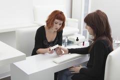 Kobieta Daje manicure'owi klient W fryzjerstwo salonie obraz stock