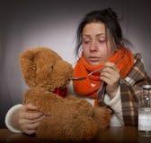 Kobieta daje medycyna niedźwiedzia przeciw grypie Obraz Royalty Free