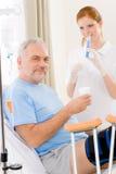 kobieta daje pielęgniarka szpitalnego wtryskowego pacjenta Obraz Stock