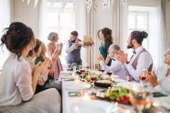 Kobieta daje prezentowi dojrzały mężczyzna na rodzinnym przyjęciu urodzinowym zdjęcia stock