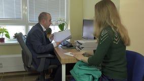 Kobieta daje urzędnika oficera mężczyzna kopercie z pieniądze łapówką 4K zdjęcie wideo